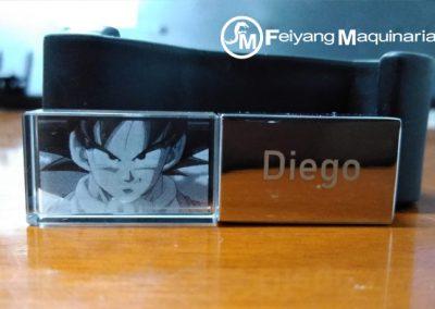 grabado laser de cara de Goku sobre cristal